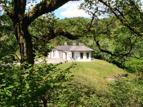 The idyllic IYHA Mountain Lodge Youth Hostel